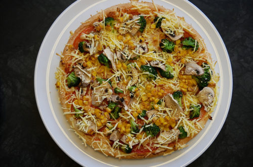 Vegane Pizza von Hallo Pizza! komplett auf weißem Teller