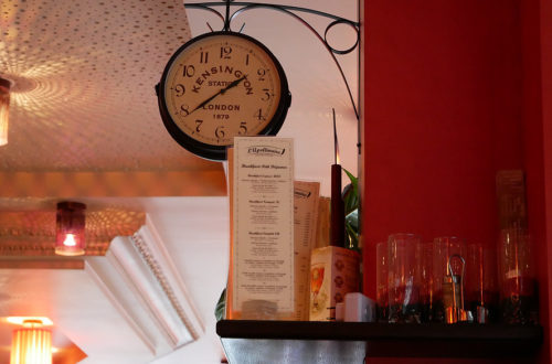 Dekoration mit Uhr und Regalen im L'Apollinaire in Paris