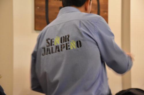 Señor Jalapeno Mitarbeiter in hellblauem T-Shirt mit Logo darauf