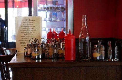Gewürze und Saucen auf Holztisch im L'Apollinaire in Paris