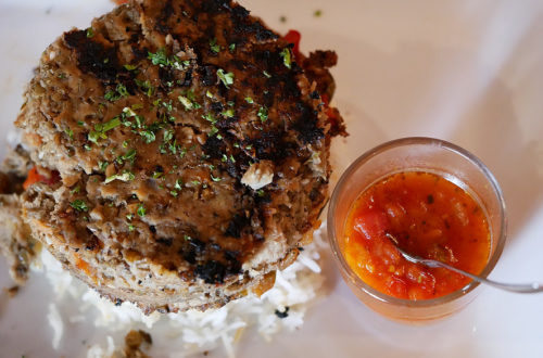 Veganer Linsenburger mit Reis und Sauce im L'Apollinaire in Paris