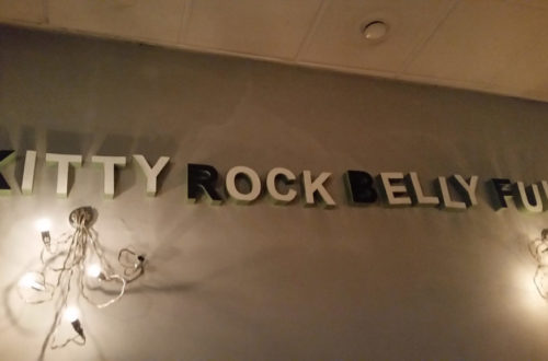 Kitty Rock Belly Full Schriftzug an der Wand