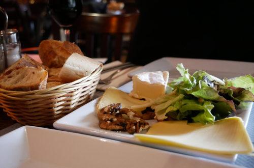 Drei Käsesorten als Vorspeise mit Brotkorb seitlich im L'Apollinaire in Paris