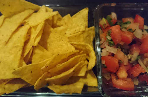 Tacos und vegane Salsa in Schälchen
