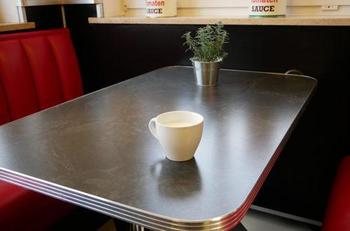Weiße Kaffeetasse auf Tisch bei Hallo Pizza!
