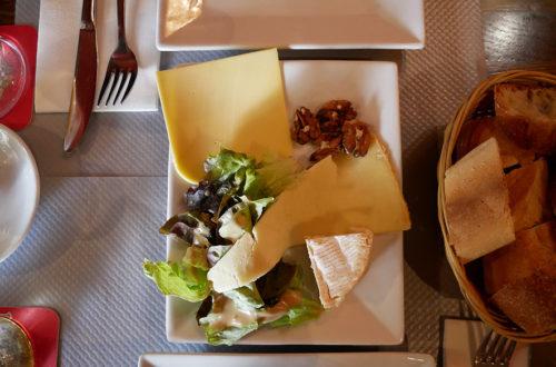 Drei Käsesorten als Vorspeise mit Brotkorb im L'Apollinaire in Paris