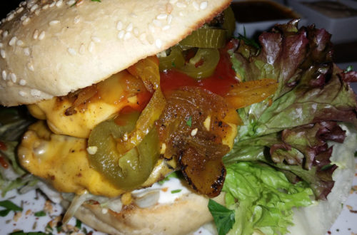 Kitty Burger mit Käse und Fleisch