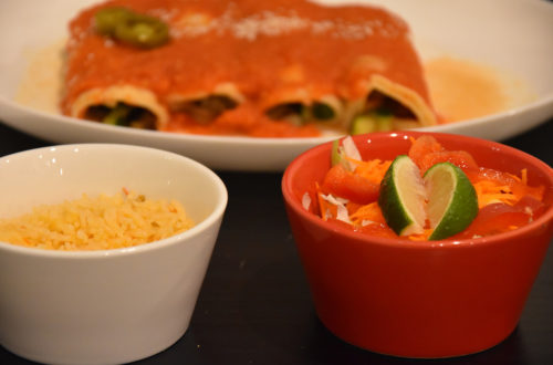 Vegane Enchiladas mit Reis und Salat bei Senor Jalapeno