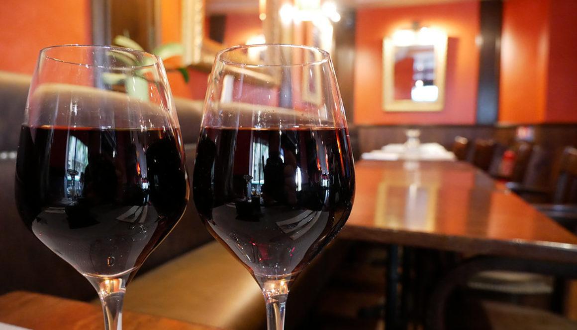 Zwei Weingläser im L'Apollinaire Paris