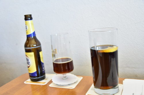 Malzbier und Cola Light im Glas auf Tisch