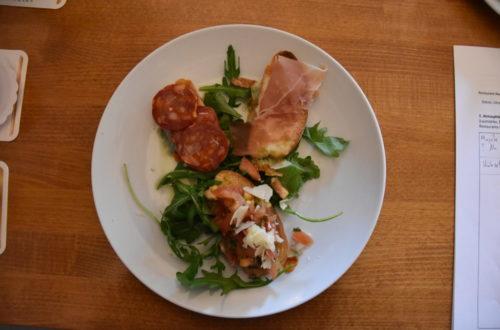 Bruschetta Mix mit Salami, Schinken und Rucola von oben