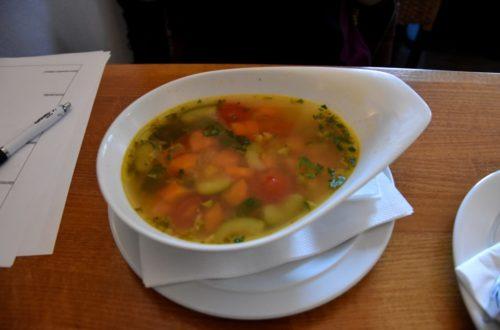 Minestrone Suppe in weißer Schüssel seitlich