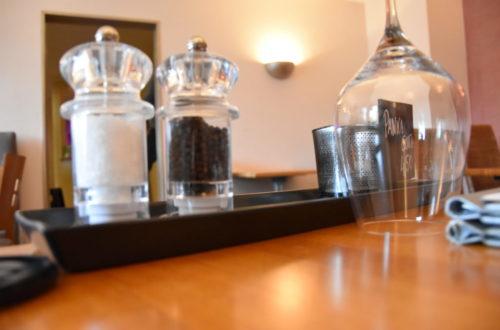 Gewürze und Glas auf Tisch