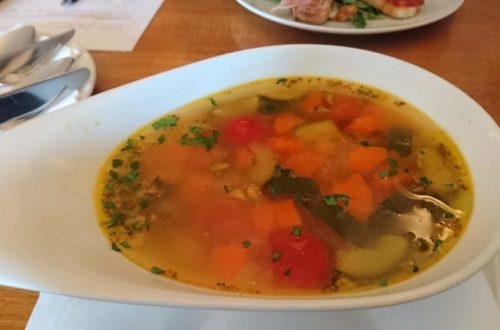 Minestrone Suppe in weißer Schüssel