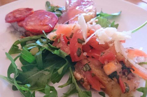 Vorspeise mit Bruschetta und Salami