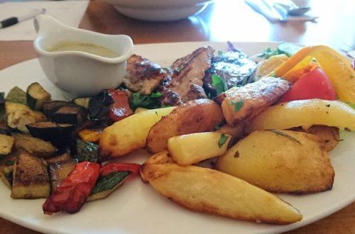 Fleisch Mix mit Sauce, Kartoffelecken, Gemüse und Salatbeilage