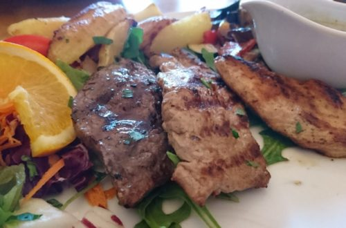 Fleisch Mix mit Sauce und Salatbeilage