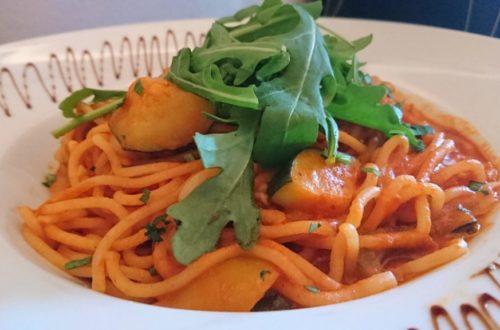 Veganes Spaghetti-Gericht mit Rucola